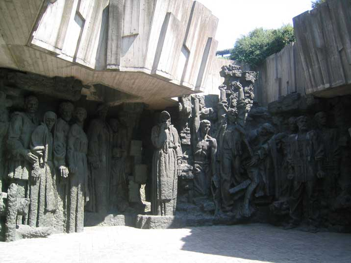 Rodina Mat Sculpture gallery with civilians mourning the dead