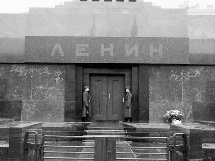 Stalin 's was removed from the entrance of the mausoleum in 1961