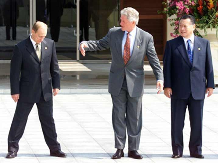 Putin seems to be drunk after a meeting with Bill Clinton