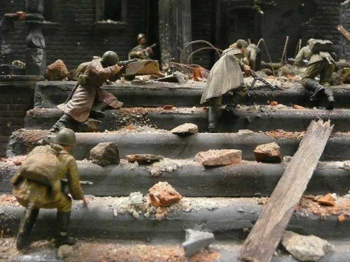 Diorama with soldiers climbing stairs during the Battle for Berlin