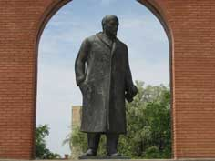 Lenin Statue taken down in Budapest after the fall of communism